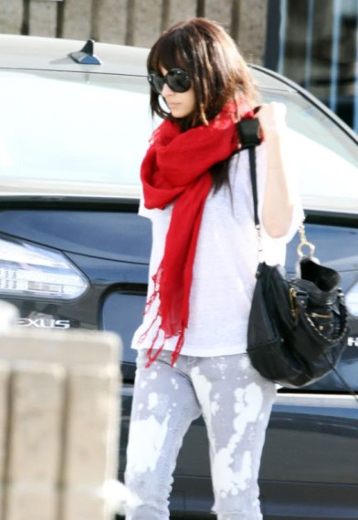 Nicole Richie in Love Quotes linen tassel scarf in true love